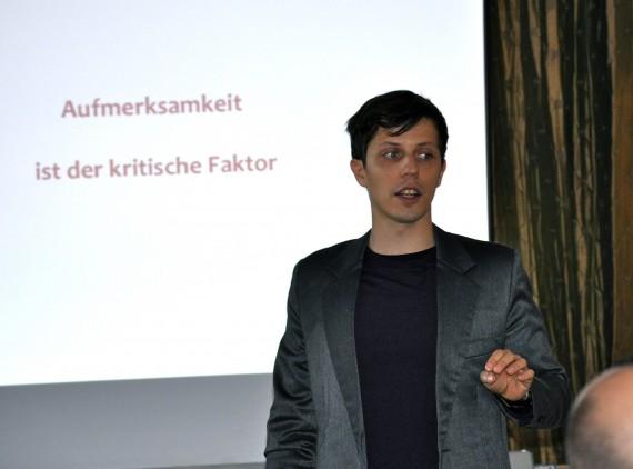 Referent Krengel bei einem Vortrag zu Stress und Multitasking