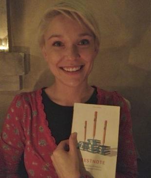 """Foto einer begeisterten Leserin den Lernratgebers """"Bestnote"""""""