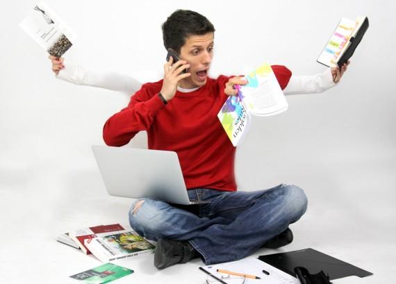 lustiges Bild zur Eisenhower-Methode das Zeitmanagement-Experten Dr.Martin Krengel in einer Multitasking-Situation zeigt