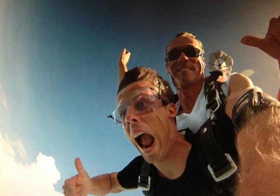 Martin Fallschirmspringen Daumen hoch