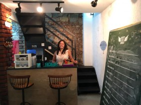 Sprachkurs-Lehrerin und Leiterin Marcelle begrüßt dich nett und persönlich in der Portugisisch Sprachschule in Rio de Janiero.jpg
