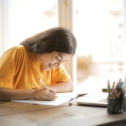 Fazit schreiben für Hausarbeit oder Bachelorarbeit, Mädchen am Schreibtisch